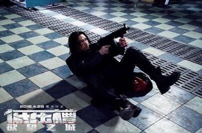 """《低压槽:欲望之城》今日曝光""""激烈枪战""""主题剧照  张家辉化身蒙面侠"""