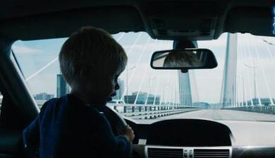 《最萌警探》发布追车花絮   小老弟带着老爸去战斗