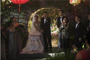 """《摘金奇缘》发布""""浪漫婚礼""""片段  全球票房已突破2.3亿美元"""
