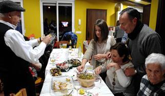 """在8月庆祝""""新年""""的西班牙小镇"""
