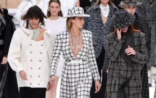 """在巴黎时装周上,香奈儿展示了""""老佛爷""""的""""绝唱""""设计"""
