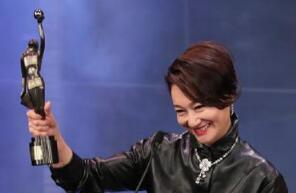 惠英红喜获第38届香港电影金像奖最佳女配角 晒照感谢粉丝很暖心