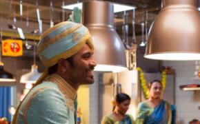《衣柜里的冒险王》即上映 印度小哥乘衣柜游全球